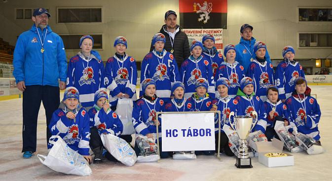 Potlesk pro mladé Kohouty! Vítězná trofej z Memoriálu Zlatka Červeného zůstala doma